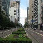Между трамвайных путей газоны растут