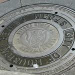 Хьюстон, чугуневая монета на земле