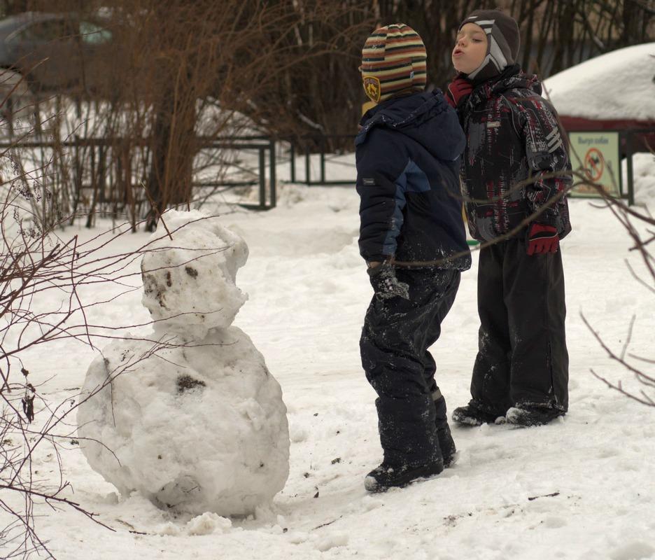 Снежная баба не построена. Спор строителей.