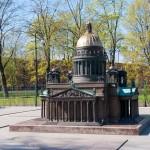 Бронзовая модель Исаакиевского собора в Александровском парке.