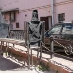 """""""Деревянные солдаты Урфина Джюса"""" - скамейки в Изумрудном городе на улице Правды."""