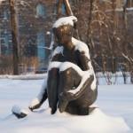 """Скульптура """"Рисующая девушка"""" в Александровском парке."""