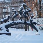 """Скульптурная группа """"Дети на бревне"""" в Александровском парке."""