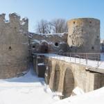 У крепости Копорье: Северная Воротная башня, Южная Воротная башня и крепостной мост.