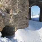 У крепости Копорье: таинственные отверстия в Южной Воротной башне.