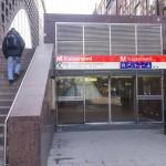 У входа на станцию метро Кайсаниеми в Хельсинки.