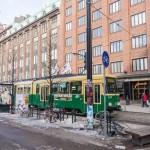 По улицам Хельсинки. Парковка велосипедов у трамвайной остановки.