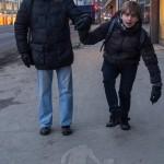 На Союзной улице в Хельсинки. У знака на асфальте: для пешеходов с детьми.