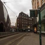 Остановка трамвая на улице Кайсаниеми в Хельсинки.
