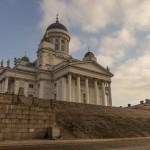 У гранитной лестницы Кафедрального собора в Хельсинки.
