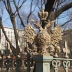 Двуглавый орел на ограде сада Домика Петра I.