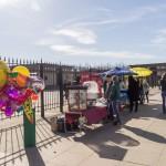 Разорители родителей у ограды парка 300-летия Петербурга.