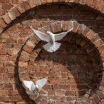 Старая Ладога. Символ мира у здания Трапезного корпуса Успенского монастыря.