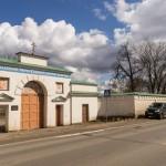 Старая Ладога. У входа в Успенский монастырь.