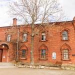 Успенский монастырь в Старой Ладоге. Больничный корпус с Крестовоздвиженской церковью.