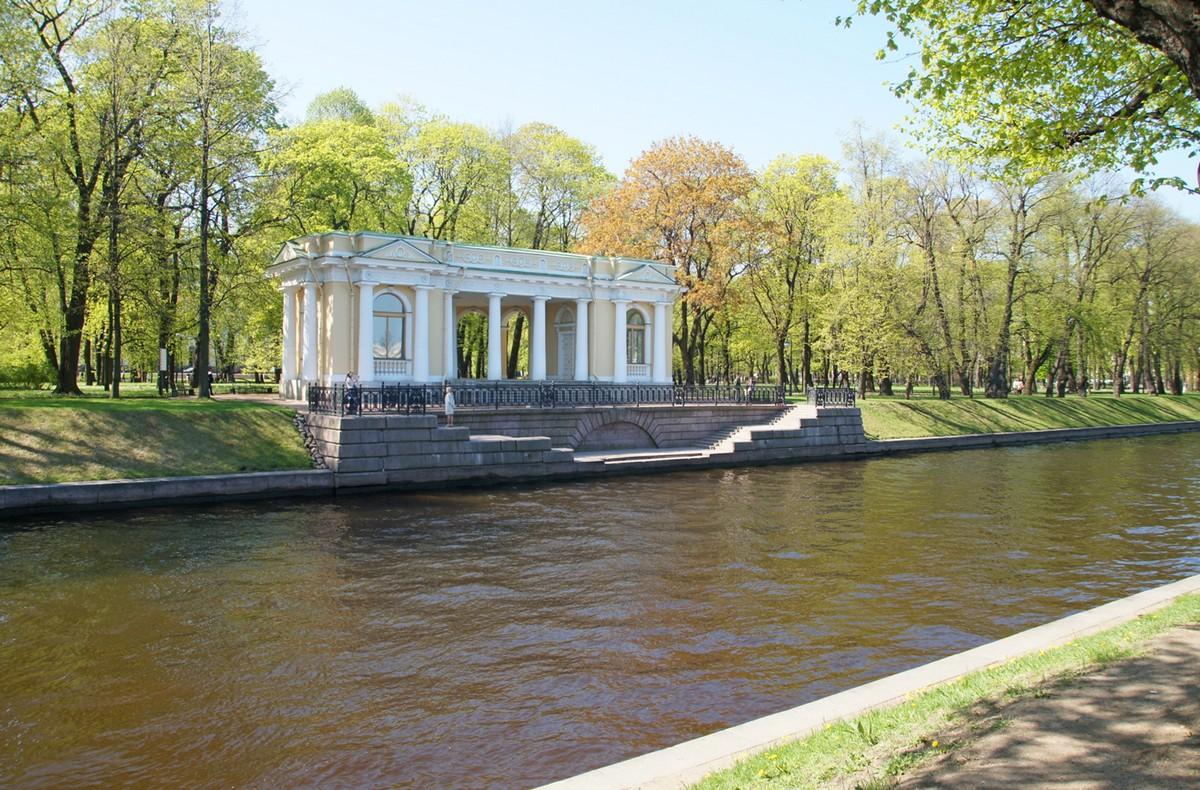 Михайловский сад у павильона росси