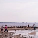 Ребятня на берегу Финского залива.