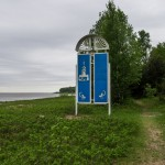 На берегу Финского залива. Знак в память стоявшей здесь часовни.