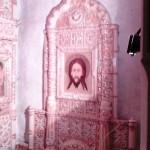 В Холкинском монастыре. Часть фарфорового иконостаса в пещерной церкви Троицы Живоначальной.