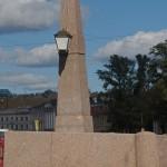 Гранитный обелиск на Красном мосту.