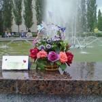 """Старый Оскол. В парке Металлургов в микрорайоне Олимпийском. Конкурс """"Вальс цветов"""". У фонтана."""