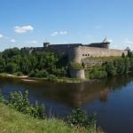 Ивангородская крепость. Вид из Нарвского замка летом.
