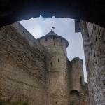 Ивангородская крепость. Вид на стены крепости и Воротную башню у сводов Успенского собора.