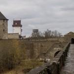 Крепостные стены в Ивангороде с видом на Нарвский замок.