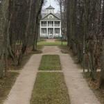 Пушкинские Горы: Петровское. Вид на дом-музей от озера.