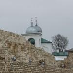 Никольский собор виднеется за стенами Изборской крепости.