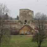 В Изборской крепости. Вид на крепостной двор с башни Луковка.
