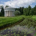 Храм Дружбы на берегу Славянки в Павловском парке.