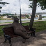 Отдыхающий на скамейке медведь. На набережной Александра Невского в Новгороде.