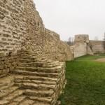 В Изборской крепости. Неприступные стены.