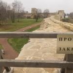 В Изборской крепости. Вид на стены крепости с башни Луковка.