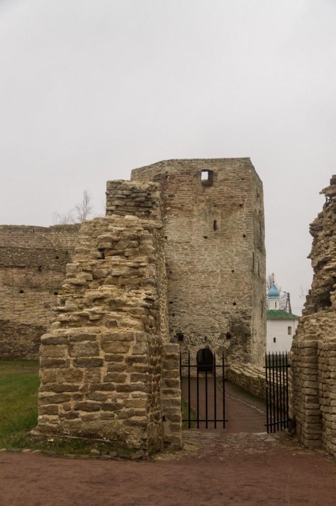 В Изборской крепости. Талабская башня.