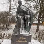 Памятник Арине Родионовне в Суйде.