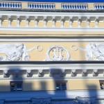Украшение фасада Александринского театра. Летящие Гении Славы.