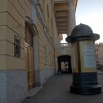 У бокового фасада Александринского театра.