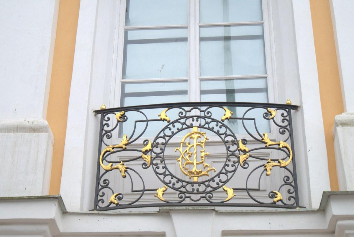 Петергоф. украшение балконов большого дворца - вензель в чес.