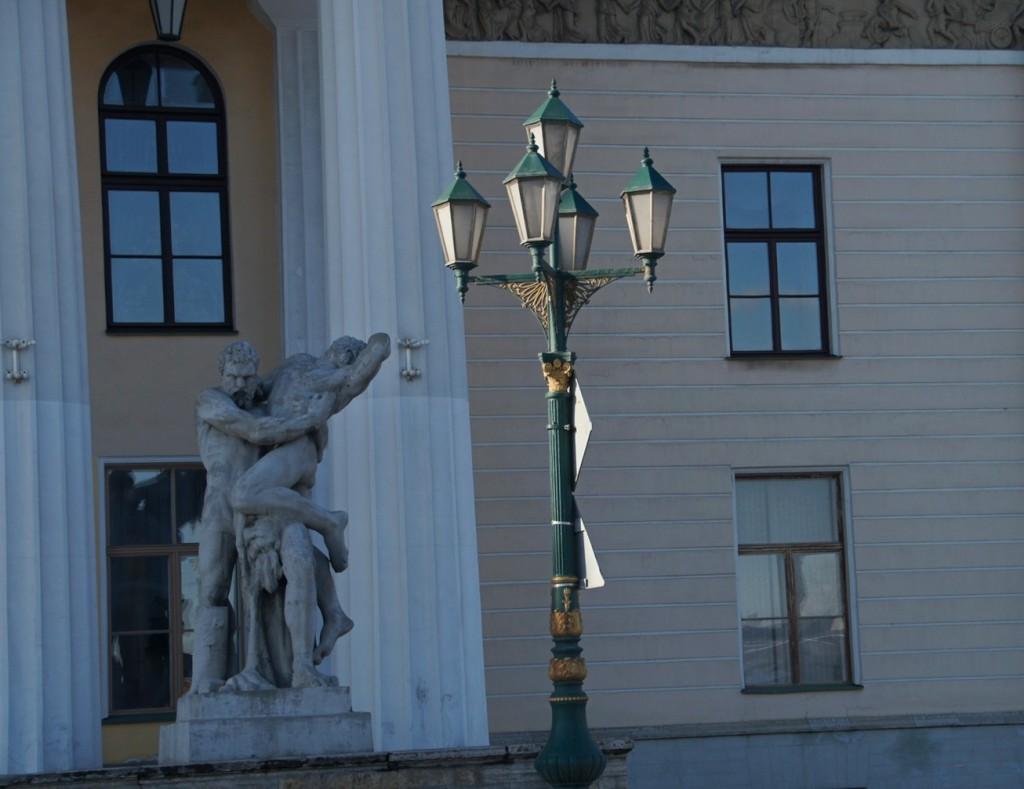На набережной лейтенанта Шмидта. Здание Горного университета. Скульптура Геракл борется с Антеем.