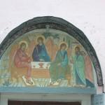 Валдай. Троицкий собор. Изображение Троицы над входом.