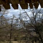 Порховская крепость. Никольская церковь. Вид от боевого хода крепости.