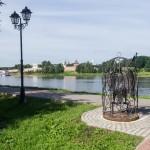 Новгород. Птица в клетке на набережной.