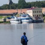 Новгород. Рыбак на(в) Волхове.