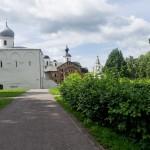 Новгород. У архитектурного комплекса на Торгу.