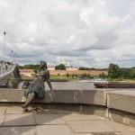 Новгород. Скульптура - уставшая туристка у Горбатого моста.