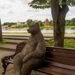 Новгород. Медведь на скамейке на набережной Александра Невского.