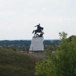 Холковский монастырь.  Вид  на памятник Святославу.