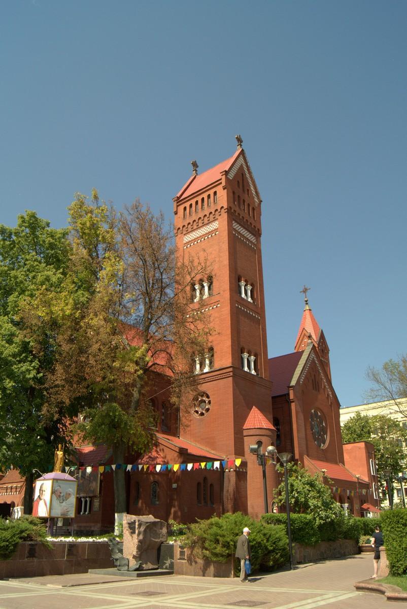 Минск. Площадь Независимости. Костел Святого Симеона и Святой Елены.